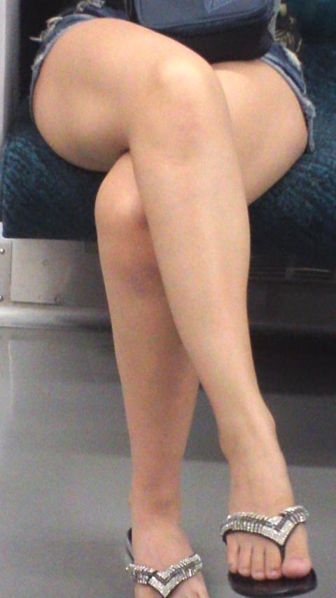 ショーパンから伸びる美脚がエロすぎ!