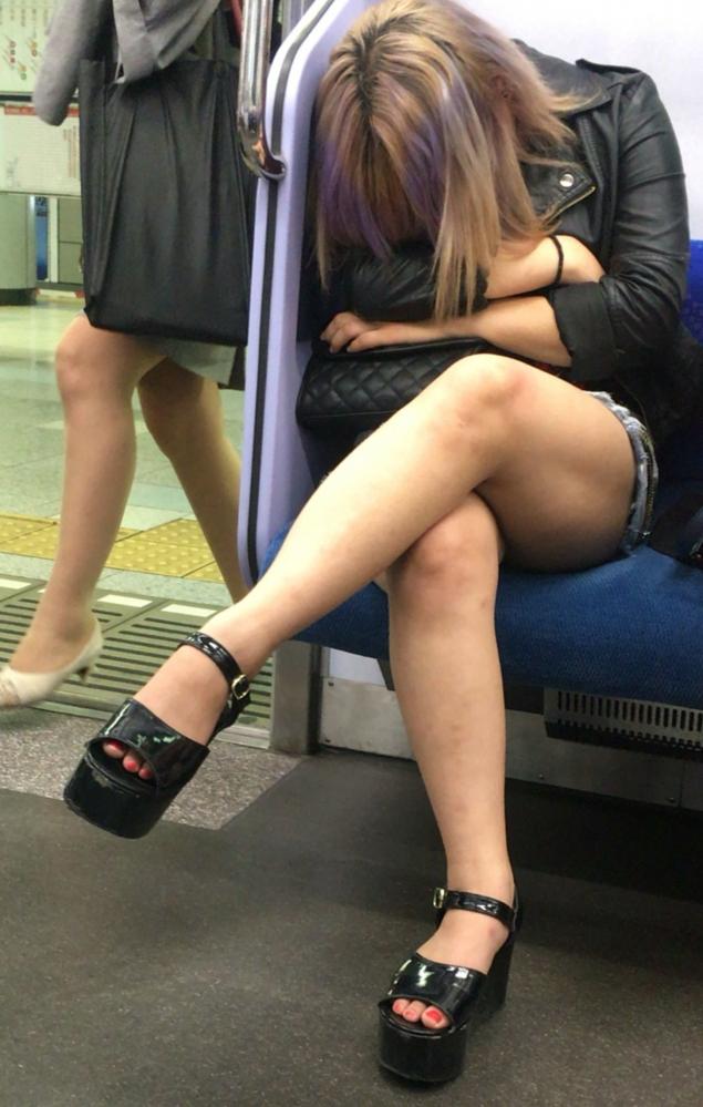 素人ギャルの挑発的な美脚に釘付け!