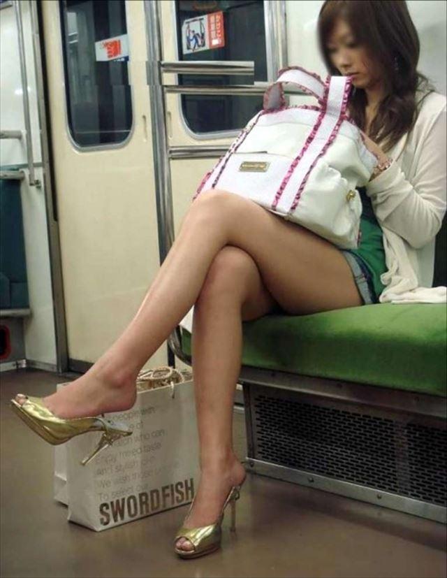 足が細すぎるホットパンツの素人女子!