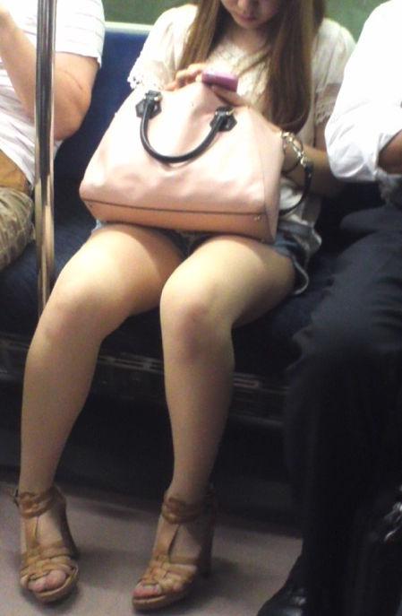 対面席から美女の美脚をじっくり眺める!