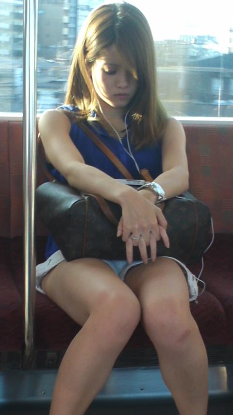 電車内で寝てるギャルの綺麗な足をガン見!