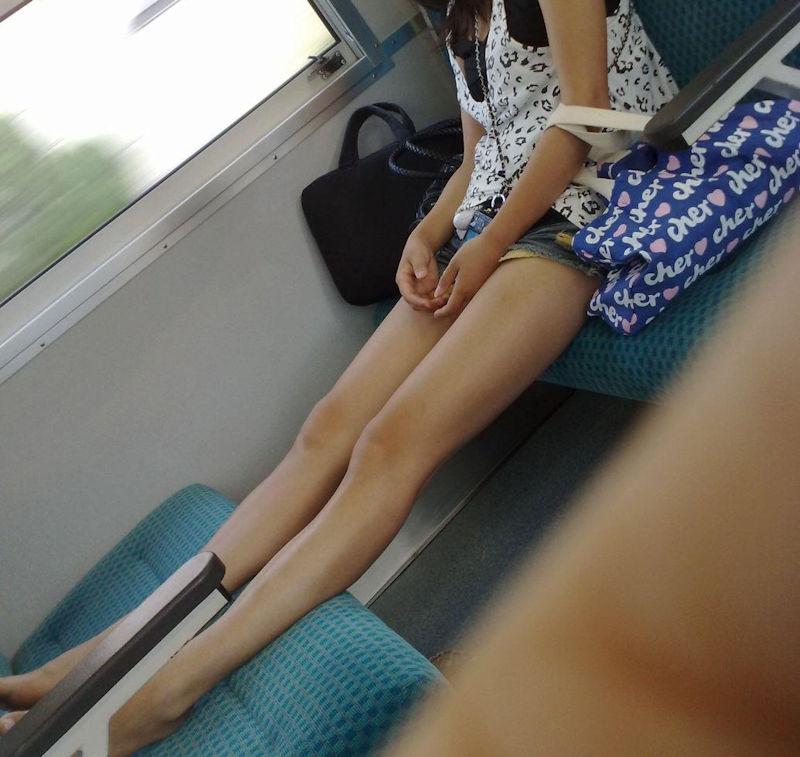 行儀が悪い素人ギャルの美脚を盗撮してる!
