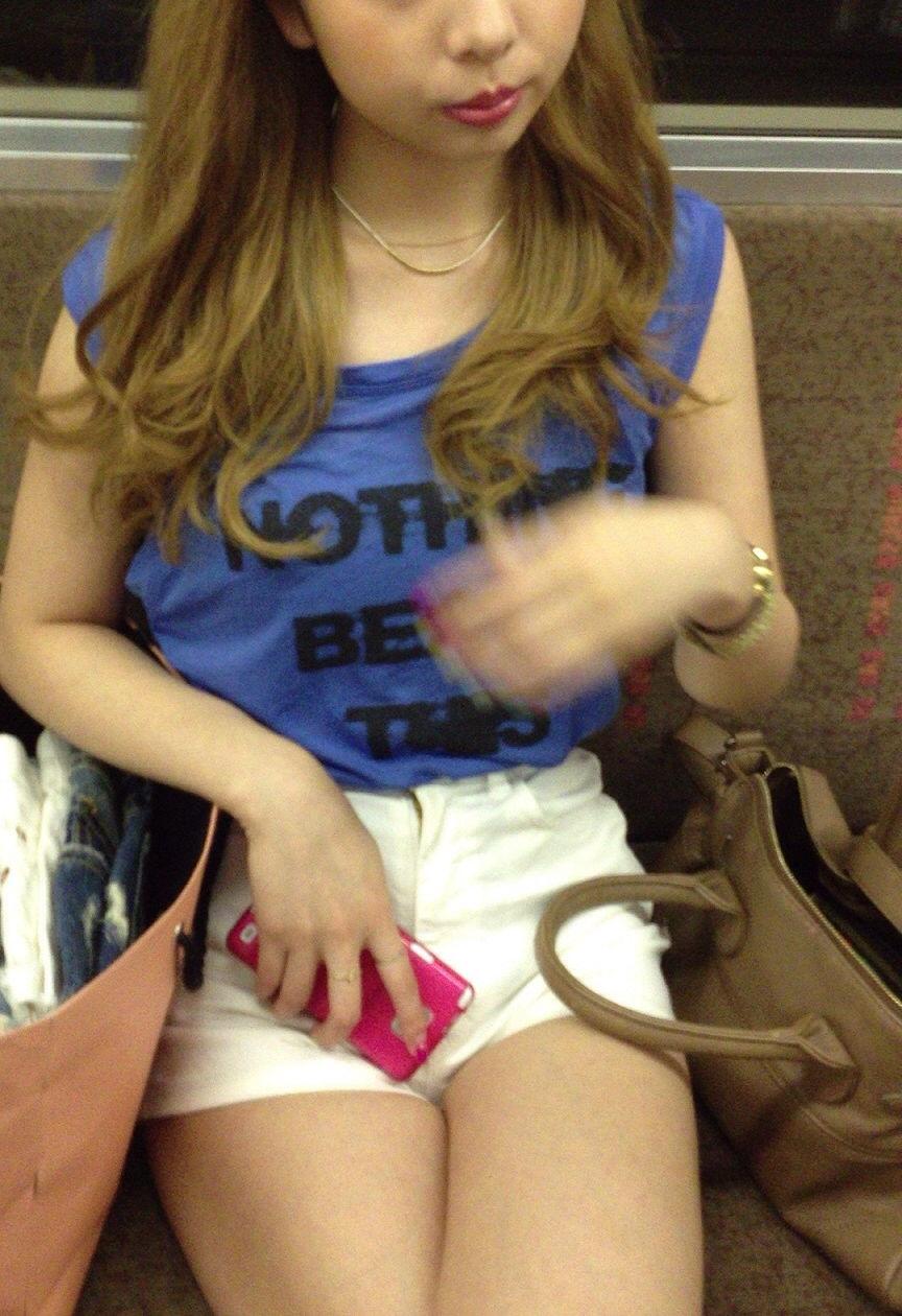 激カワギャルのホットパンツ美脚を隠し撮り!