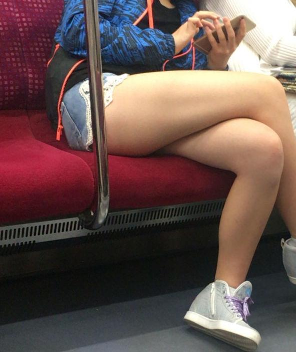 電車の中で足組みしてる美脚の素人を盗撮!