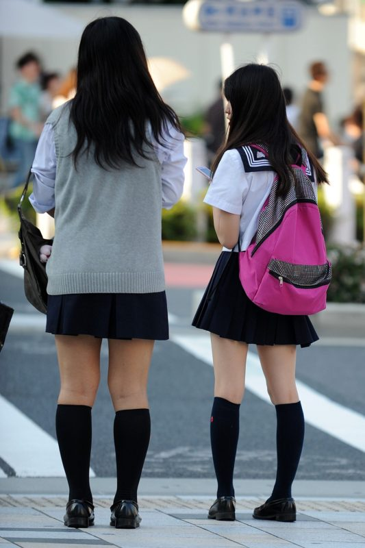 女子校生のタイプの違う美脚を見比べる!