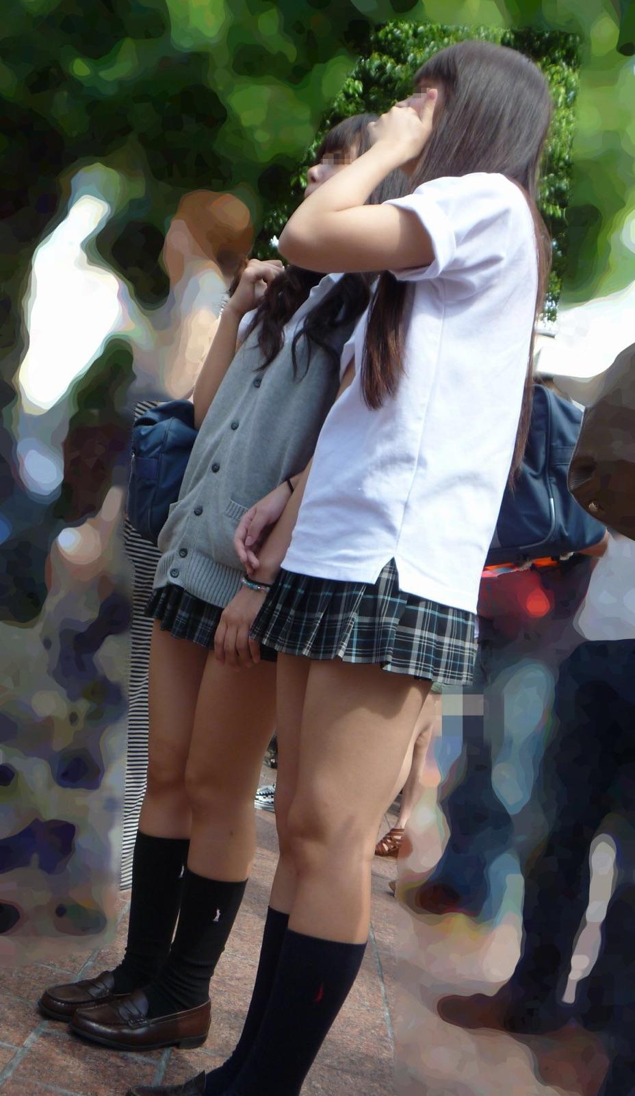 街中で女子校生の美脚を激写してる!