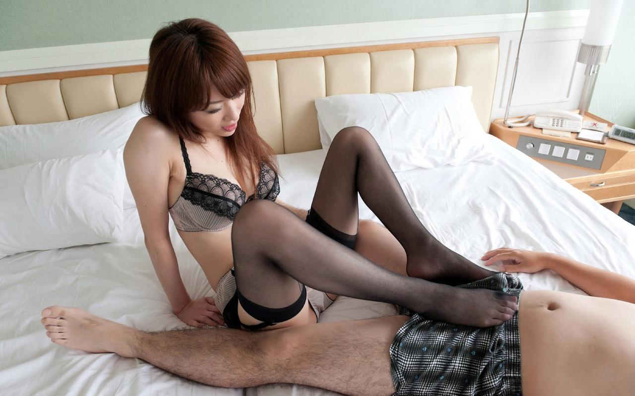 黒パンスト履いた美女がパンツ越しに足コキ!