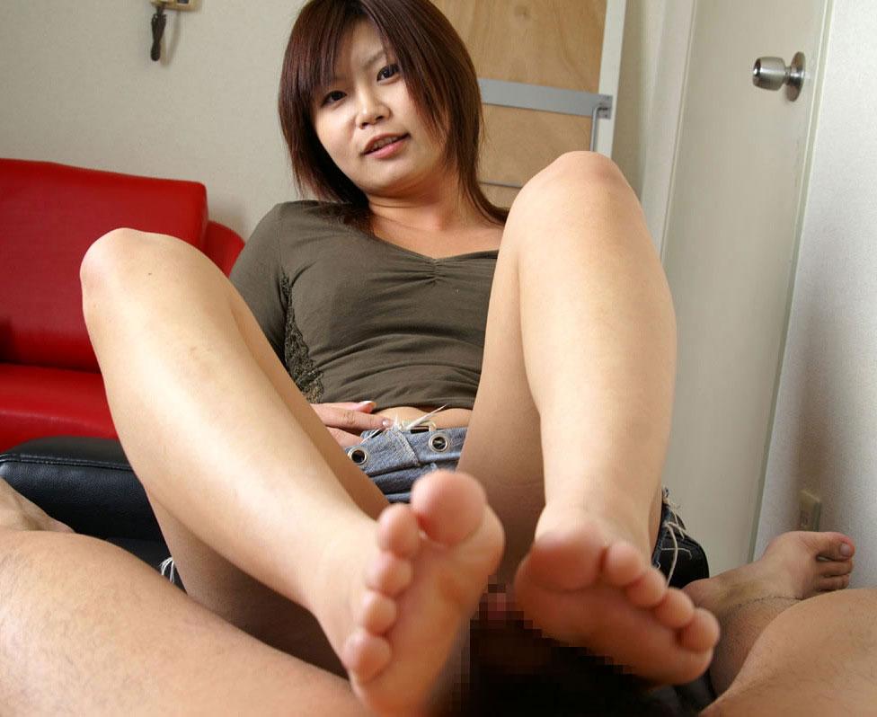美人が着衣のままで美脚を使って足コキ!