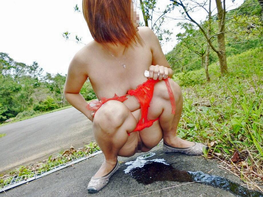 美女が周りを気にしながら全裸で野外オシッコ!