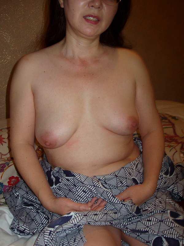 浴衣を抜き垂れたおっぱいを披露する熟女!