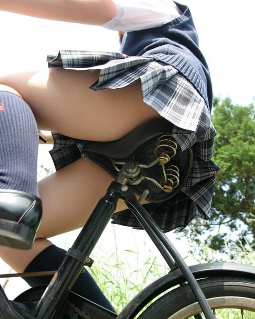 自転車に乗る女子校生を真下から撮影!