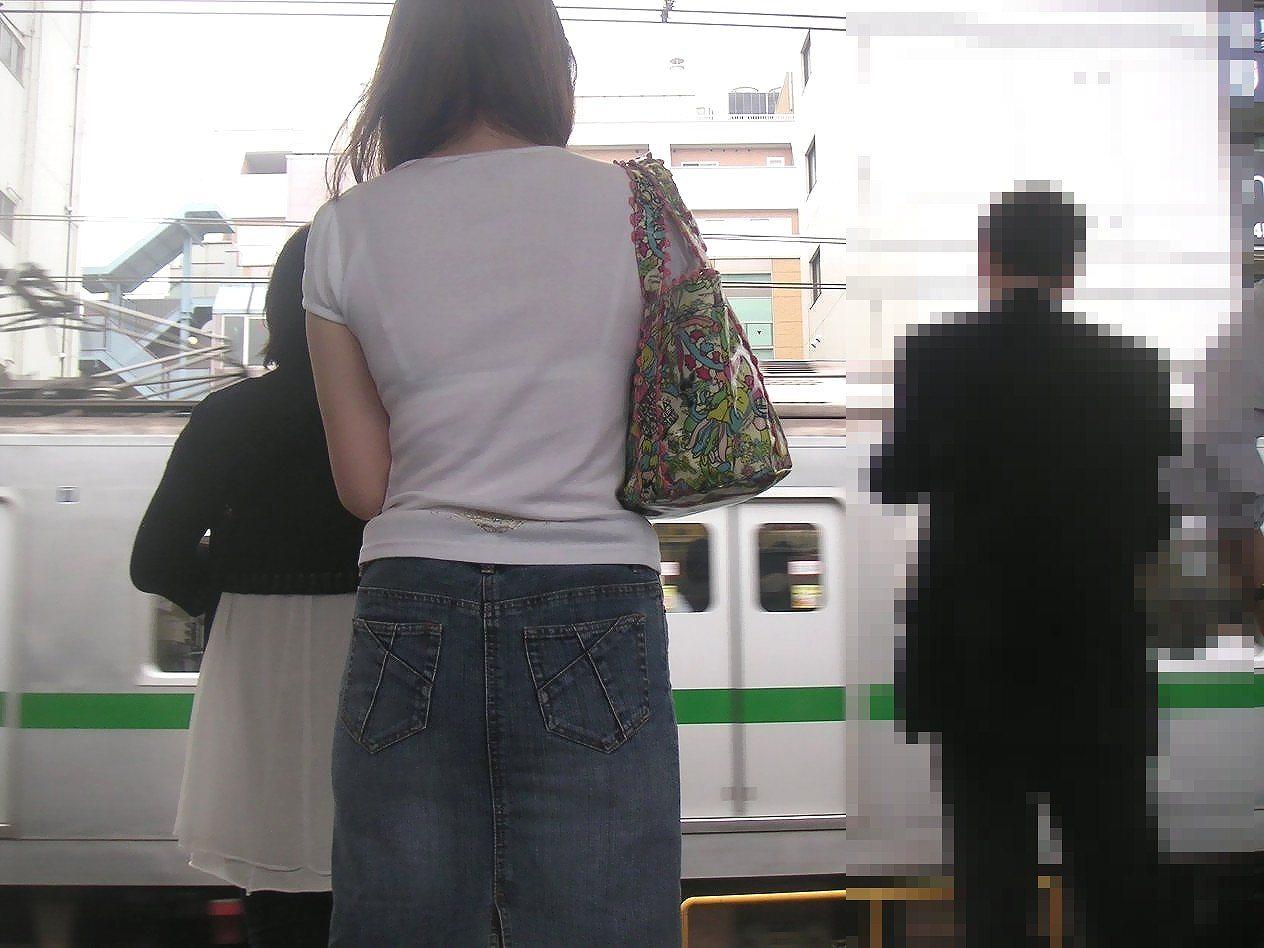 駅ホームでお姉さんの透けブラを隠し撮り!