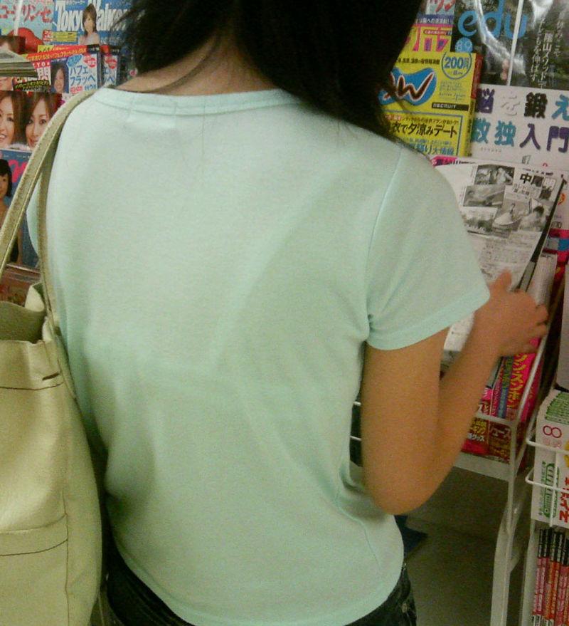 素人女性の透けブラを至近距離で盗撮!