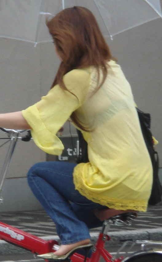 自転車に乗ってるギャルの透けブラ盗撮!