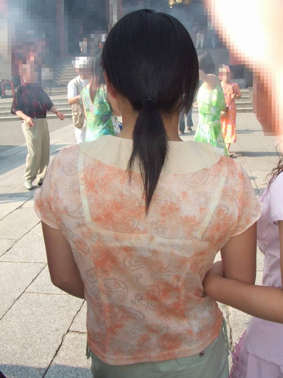 女性の背後から近づいて透けブラを激写!
