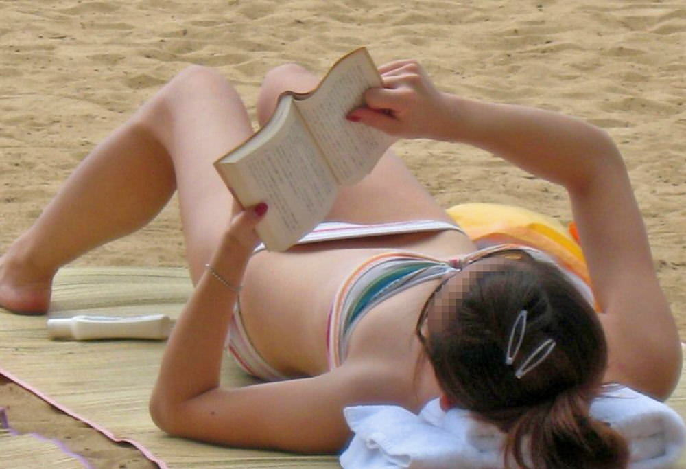 海水浴場で読書してるビキニギャル!