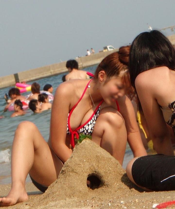 ビーチで砂遊びしてる巨乳ギャルがエロい!