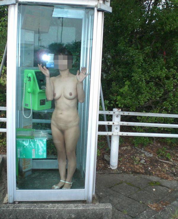 電話ボックスの中で全裸露出する変態女!