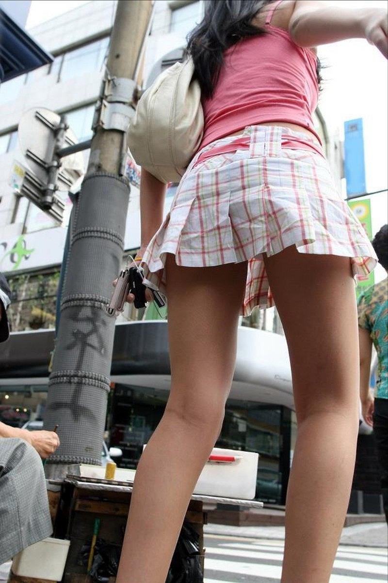 女性の美脚をローアングルから眺める!