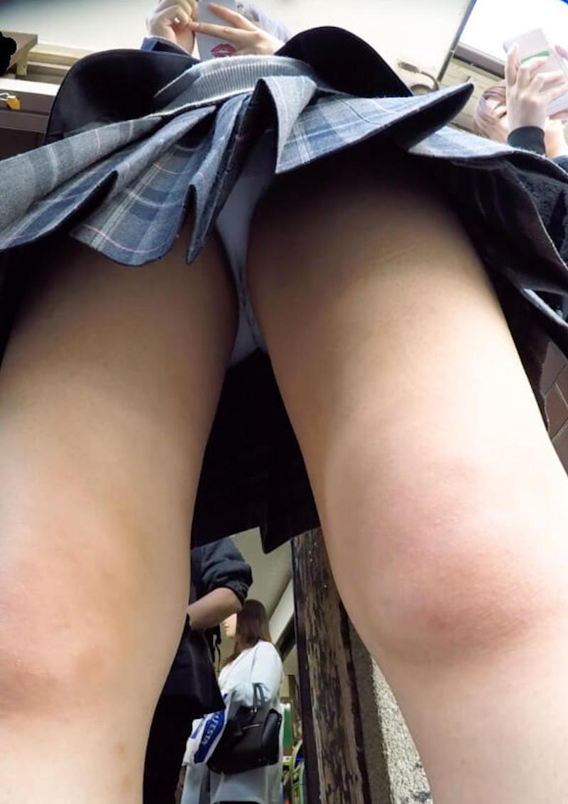 女子校生の色白パンツを真下から覗きまくる!