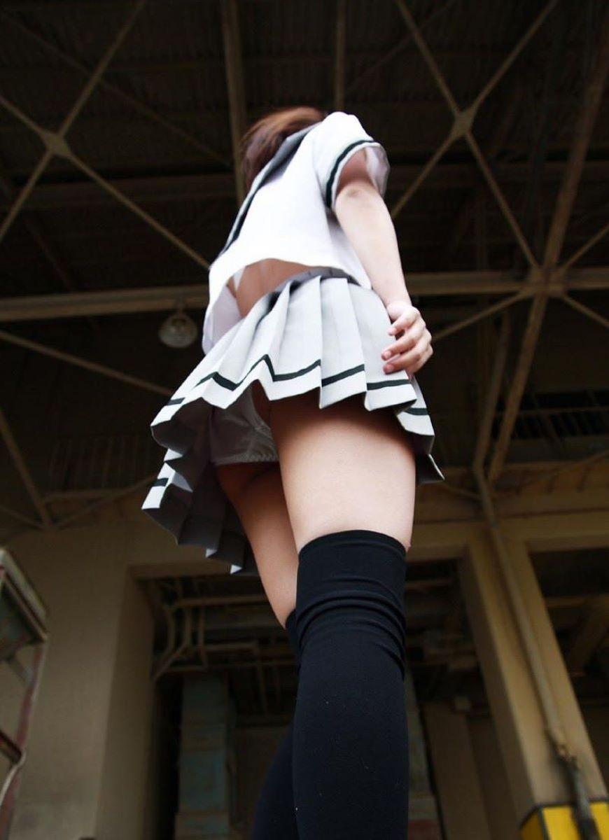 女子校生のムレムレのパンツを逆さ撮り!