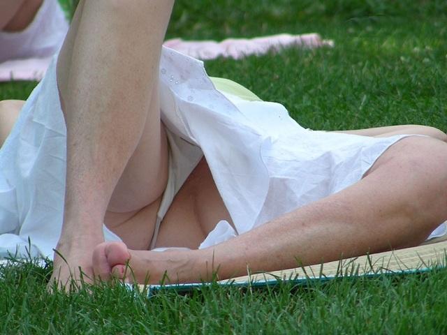 芝生で寝そべって大胆パンチラしてるぞ!
