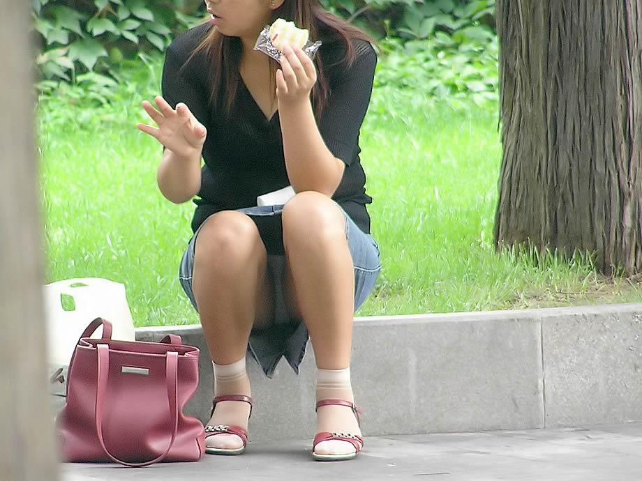 公園の段差に座ってパンツ見えてる素人を盗撮!