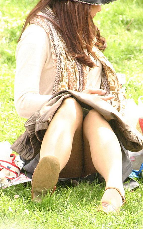 地べたに座る美女のパンツを対面盗撮!