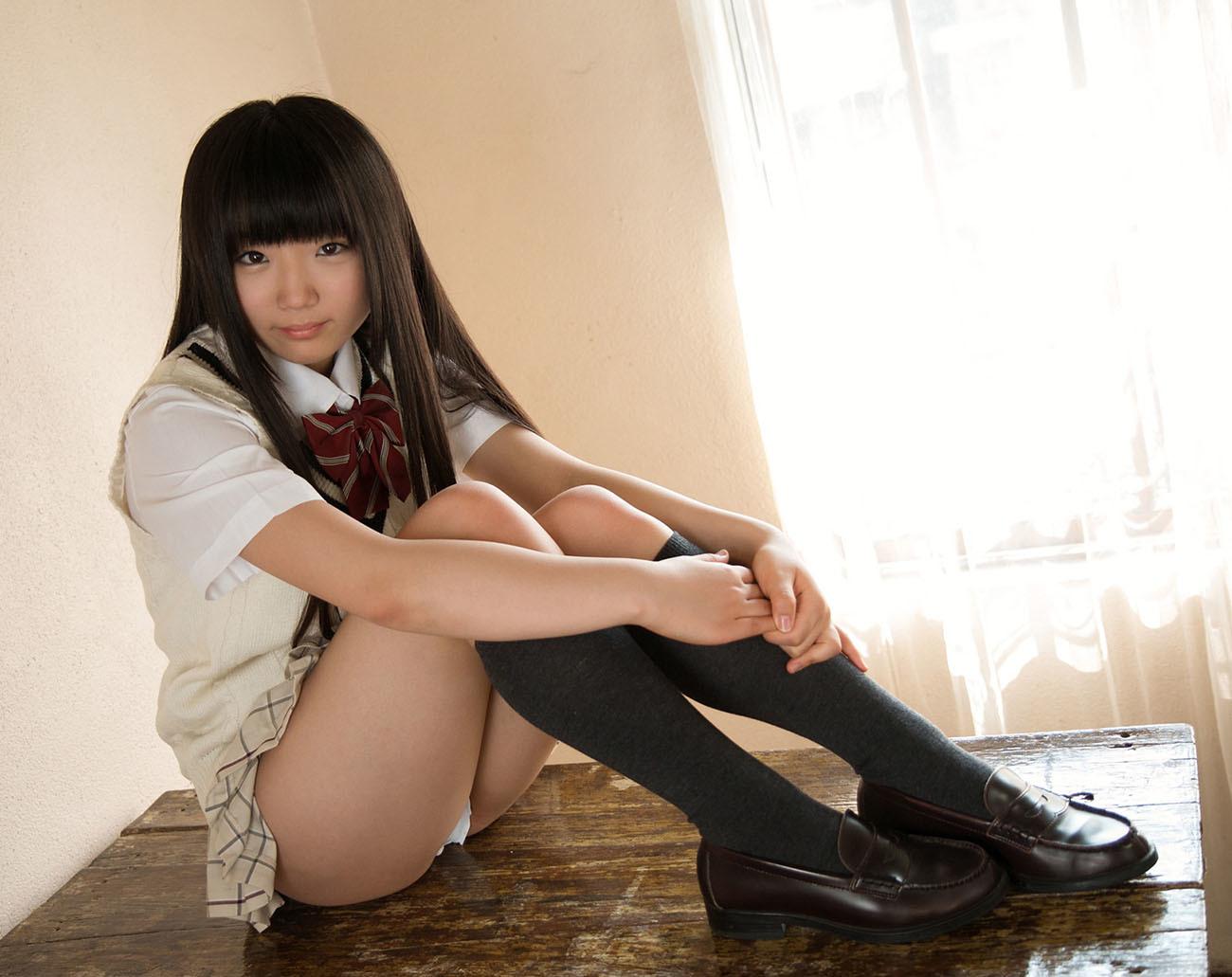 体育座りでパンツ見せてる美少女女子校生!