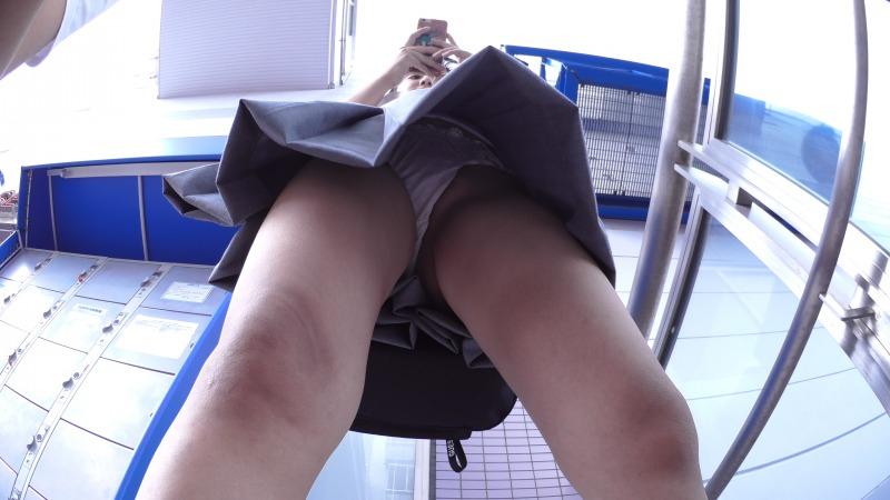 JKのスカート内のパンツを見てドキッとする!
