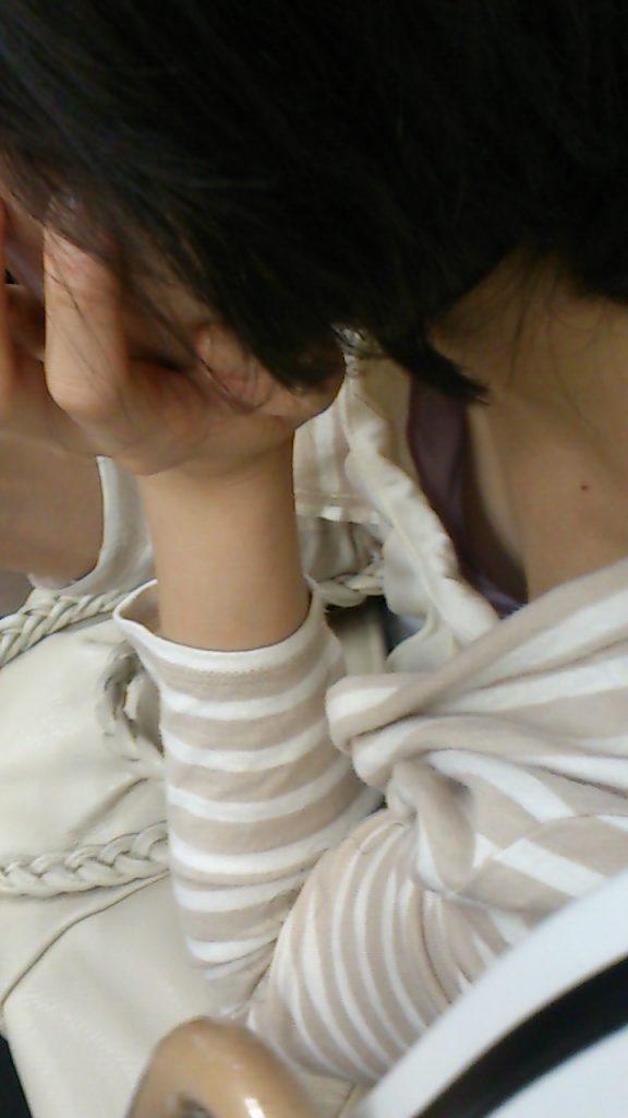 あと少しで乳首が見えそうで堪らんね!