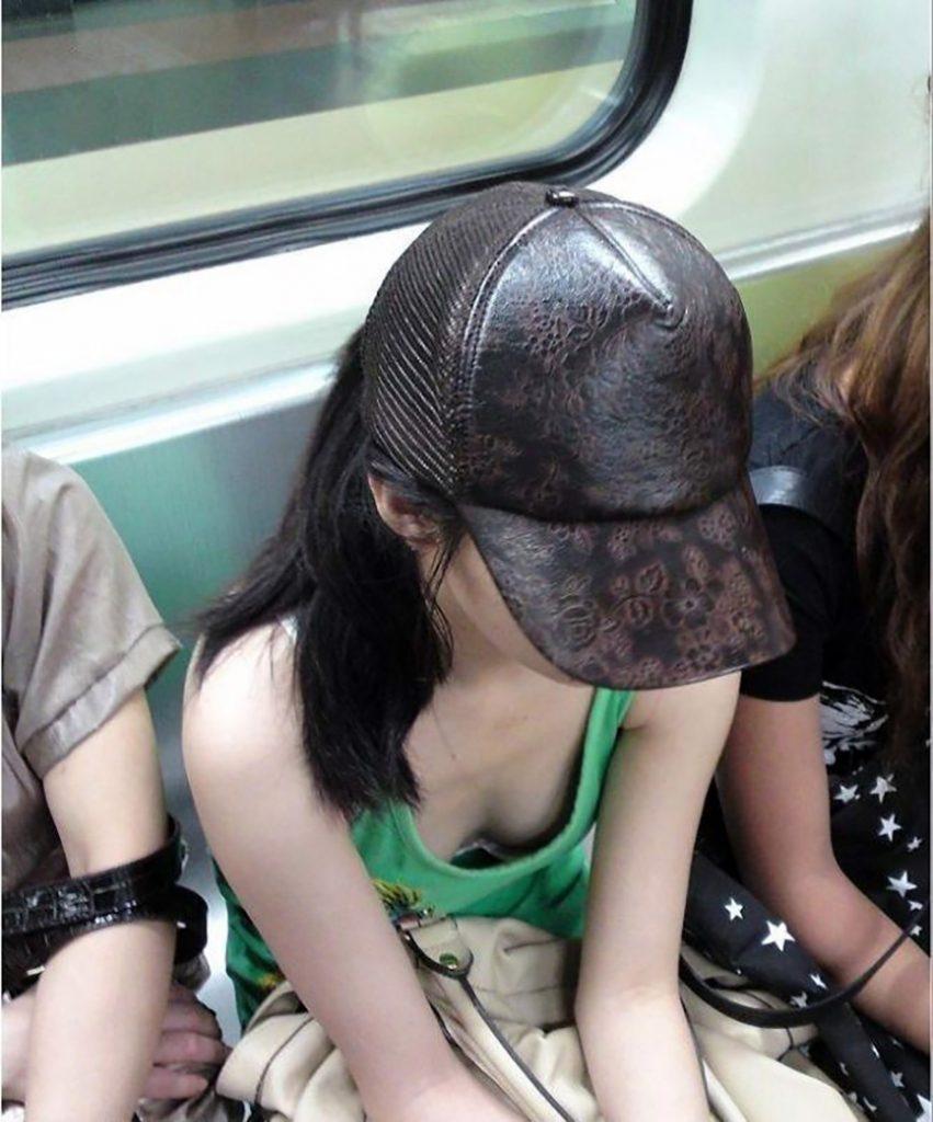 帽子を被ってる素人娘の胸チラ!