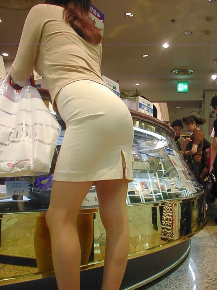 セレブ人妻のタイトスカートからパンツ浮き出る!