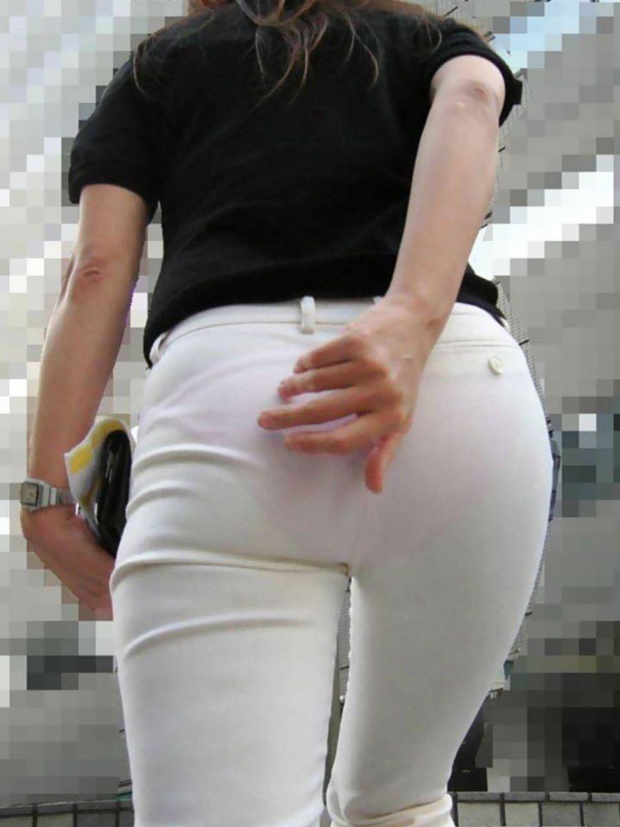 パンツのラインや柄が鮮明に透けてる!