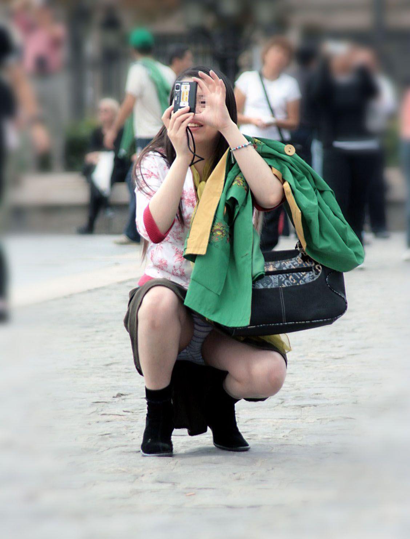 写真撮影しながらパンティー丸見えの素人さん!
