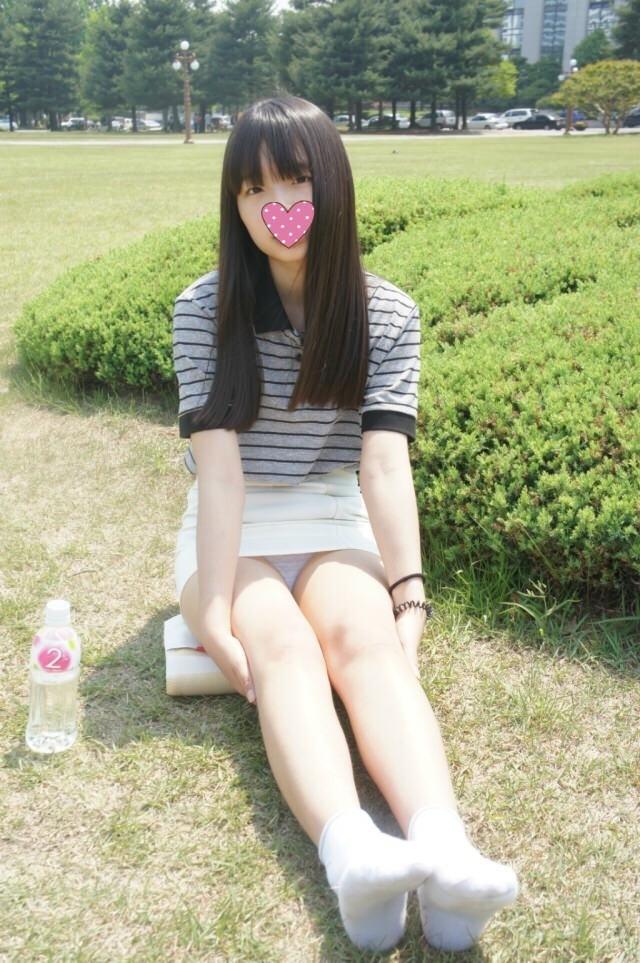 芝生の上に座ってパンチラする美少女!