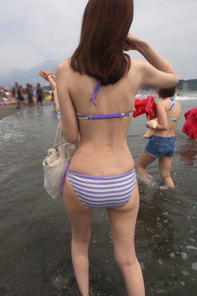 海で隠し撮りしたビキニお姉さんの後姿!