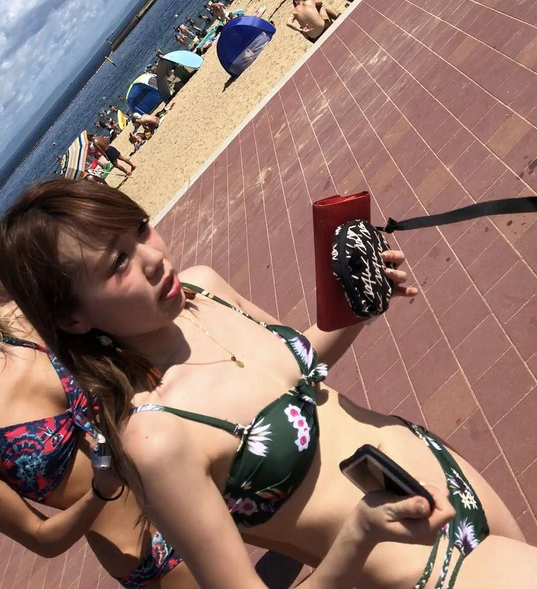 海水浴場で激カワ素人を見つけて接写撮り!