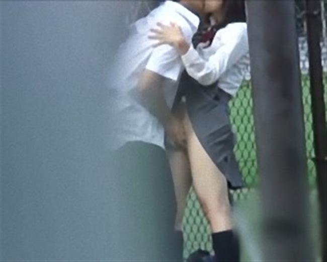 女子校生が彼氏にキスされながら立ち手マン!