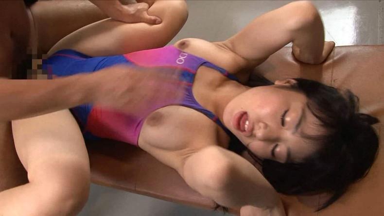 競泳水着の美乳美女と正常位セックス!