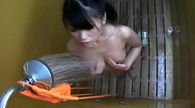 巨乳素人がシャワーで体を洗う様子を盗撮!