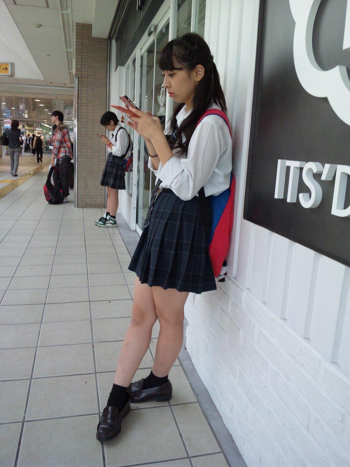 真面目そうな女子校生の美脚を街撮り!