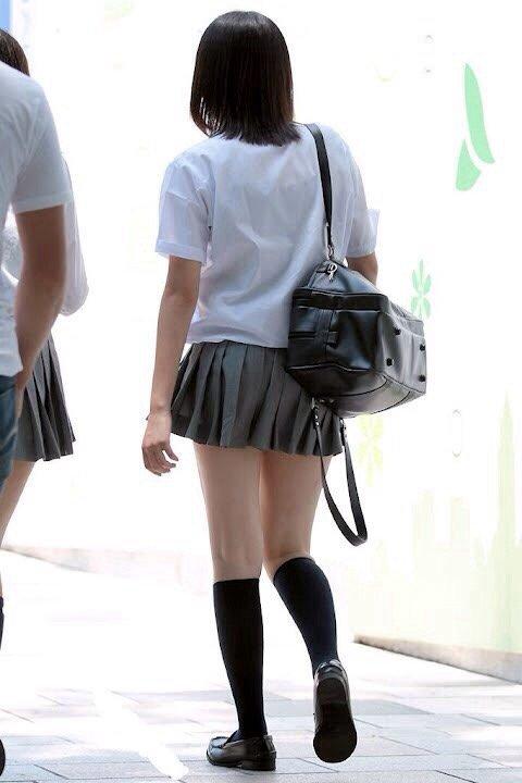 後姿が可愛い女子校生の生足に見惚れる!