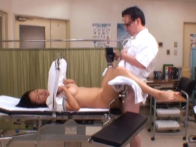 悪徳医師がカメラで撮影しながら正常位!