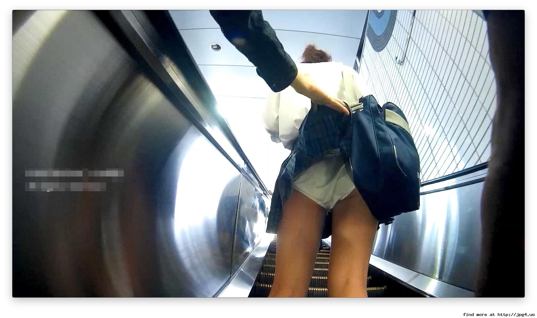 制服女子校生のスカートをめくり盗撮!