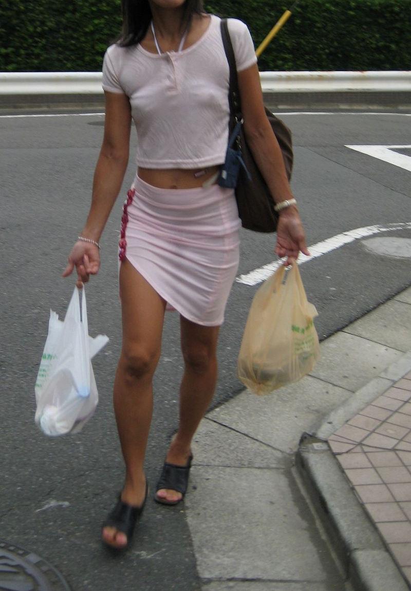 買い物帰りのギャルの乳首ポッチを盗撮!