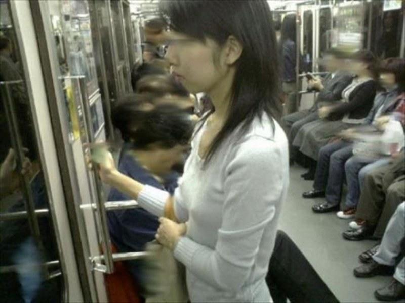 電車内で乳首透けの素人を隠し撮り!