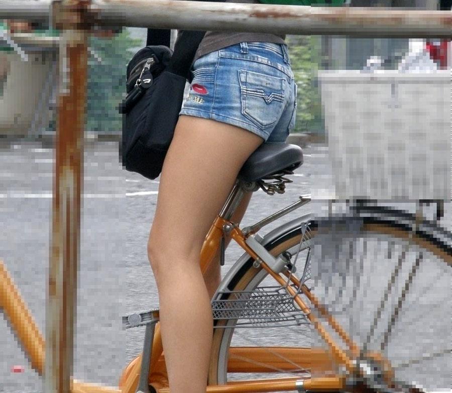 自転車に乗ってるロリ少女の美脚を盗撮!