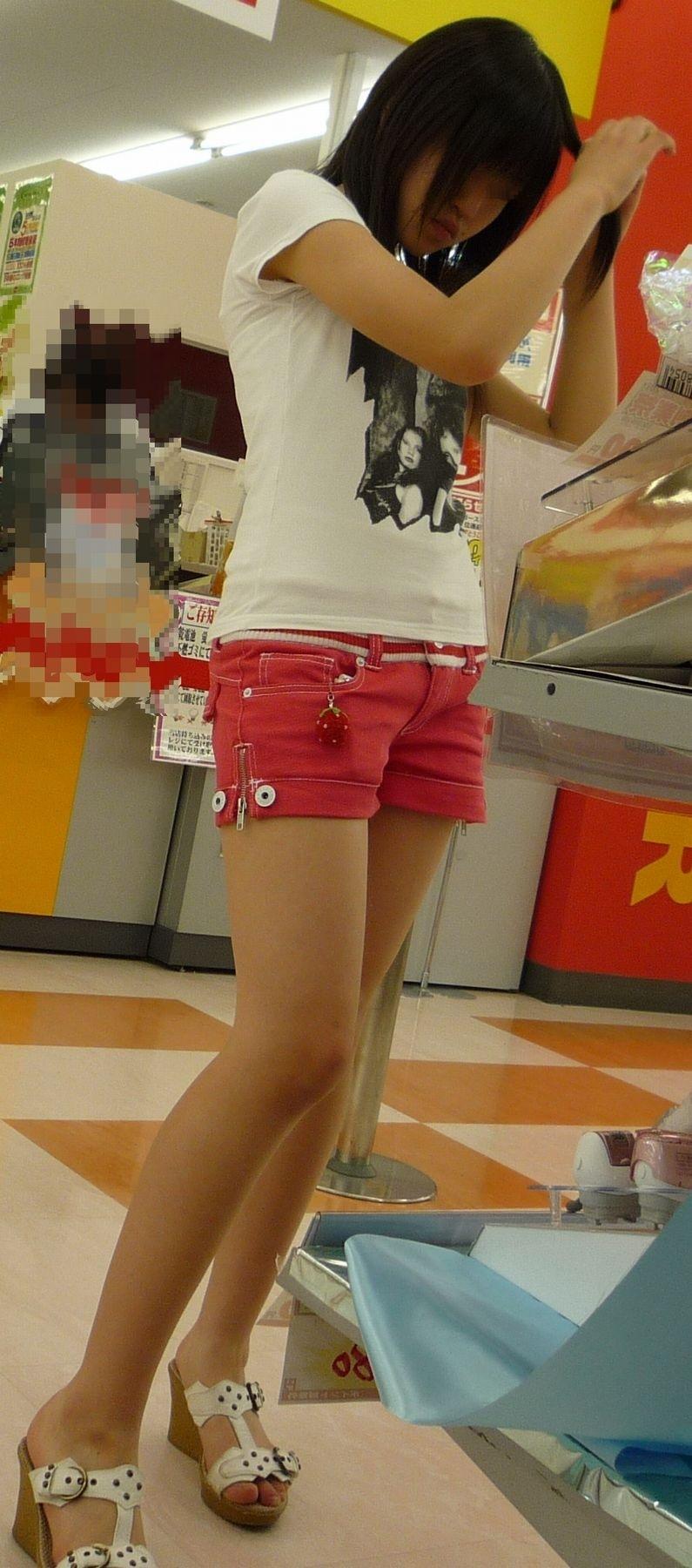 赤ホットパンツ履いてる少女の美脚を盗撮!