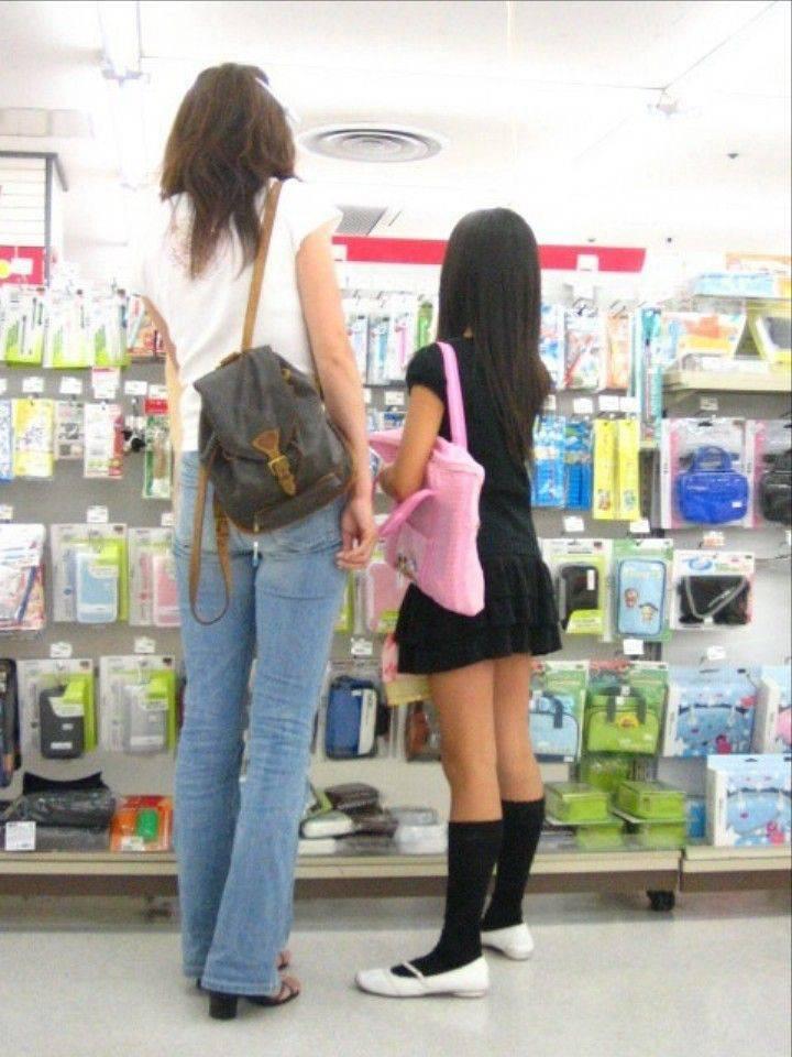 母親と買い物に来てるJSを隠し撮り!